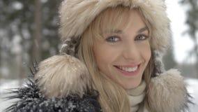 Retrato de la mujer sonriente que disfruta de invierno Imágenes de archivo libres de regalías