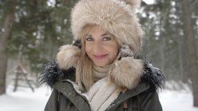 Retrato de la mujer sonriente que disfruta de invierno Fotos de archivo libres de regalías
