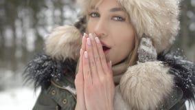 Retrato de la mujer sonriente que disfruta de invierno Fotos de archivo