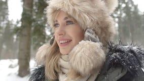 Retrato de la mujer sonriente que disfruta de invierno Imagen de archivo
