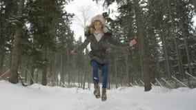 Retrato de la mujer sonriente que disfruta de invierno Imagenes de archivo