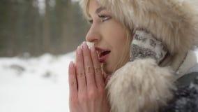 Retrato de la mujer sonriente que disfruta de invierno Fotografía de archivo