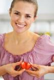 Retrato de la mujer sonriente que hace el corazón con las rebanadas de la fresa imágenes de archivo libres de regalías