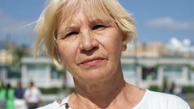 Retrato de la mujer sonriente que se coloca al aire libre de mirada de la cámara Pensionista que viaja en Moscú, Rusia almacen de metraje de vídeo