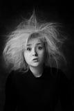 Retrato de la mujer sorprendida con los ojos abiertos de par en par en color blanco y negro Fotos de archivo libres de regalías