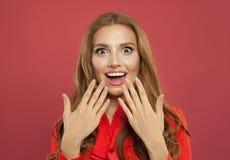 Retrato de la mujer sorprendida emocionada bonita joven que ríe en fondo rosado brillante colorido Muchacha modelo hermosa fotos de archivo