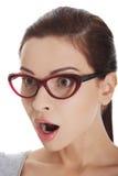 Retrato de la mujer sorprendida en vidrios Foto de archivo libre de regalías