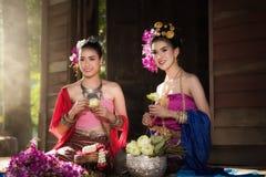 Retrato de la mujer tailandesa rural hermosa llevar el vestido tailandés en Chiang Mai, Tailandia foto de archivo