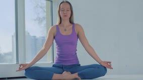 Retrato de la mujer tranquila atractiva que se relaja mientras que meditación almacen de metraje de vídeo
