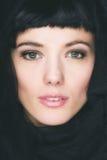 Retrato de la mujer triguena hermosa joven fotografía de archivo libre de regalías