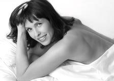 Retrato de la mujer triguena joven hermosa fotos de archivo