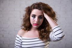 Retrato de la mujer triste gritadora con la depresión Imagen de archivo