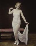 Retrato de la mujer vestido en el cordón blanco Fotos de archivo