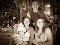 Retrato de la Navidad de la familia feliz de fotógrafo fotografía de archivo libre de regalías