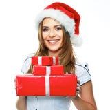 Retrato de la Navidad de Santa Girl que sostiene los regalos Mujer sonriente fotos de archivo