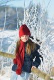 Retrato de la niña adorable al aire libre en día de invierno frío Imagenes de archivo