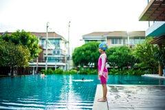 Retrato de la niña asiática que nada feliz en la piscina fotografía de archivo