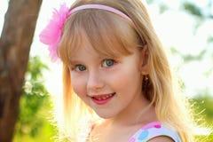 Retrato de la niña bonita al aire libre Imagenes de archivo