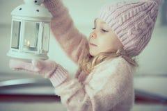 Retrato de la niña bonita con la linterna Fotos de archivo libres de regalías
