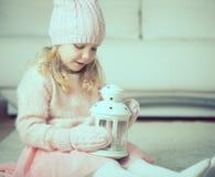 Retrato de la niña bonita con la linterna Imagen de archivo
