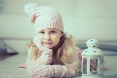 Retrato de la niña bonita con la linterna Imagen de archivo libre de regalías