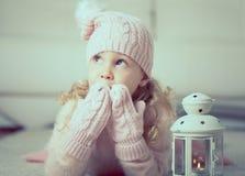 Retrato de la niña bonita con la linterna Imagenes de archivo