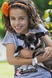 Retrato de la niña con su perro Imagenes de archivo