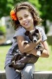 Retrato de la niña con su perro Imagen de archivo libre de regalías
