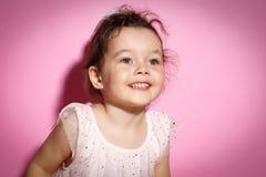 Retrato de la niña de 3 años en fondo rosado Fotos de archivo libres de regalías