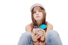 Retrato de la niña de la moda con el auricular azul, en blanco Imagen de archivo