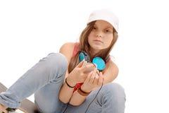 Retrato de la niña de la moda con el auricular azul, en blanco Fotografía de archivo