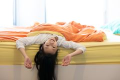 Retrato de la niña debajo de la manta en el dormitorio en casa, SMI foto de archivo libre de regalías