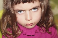 Retrato de la niña del outface del desafio que mira gesto Imagenes de archivo
