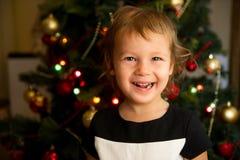 Retrato de la niña delante del árbol de navidad fotos de archivo libres de regalías