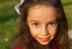 Retrato de la niña dulce al aire libre con el pelo rizado Imagen de archivo