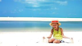 Retrato de la niña en sombrero en la playa durante vacaciones tropicales del Caribe Cámara lenta almacen de video
