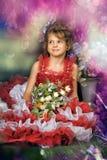 Retrato de la niña en vestido con la flor Fotos de archivo libres de regalías