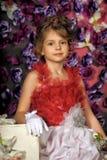 Retrato de la niña en vestido con la flor Fotografía de archivo