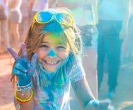 Retrato de la niña feliz en festival del color del holi Imagen de archivo