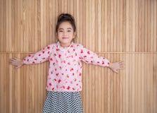 Retrato de la niña feliz, mostrando dos manos Fotos de archivo