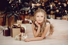 Retrato de la niña hermosa en el árbol de navidad blanco del fondo del vestido fotos de archivo