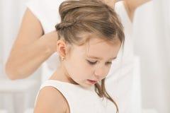 Retrato de la niña hermosa expresiva y de su madre Imagenes de archivo
