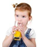 Retrato de la niña hermosa que bebe un jugo foto de archivo