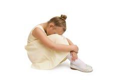Retrato de la niña infeliz que se sienta en piso Fotos de archivo