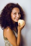 Retrato de la niña linda con la manzana verde Foto de archivo