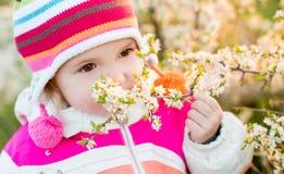 Retrato de la niña linda en tiempo de primavera Imagen de archivo libre de regalías