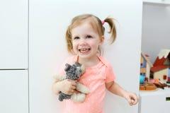 Retrato de la niña linda feliz alegre en el ro del ` s de los niños Fotos de archivo libres de regalías