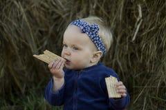 Retrato de la niña que come el pan quebradizo Imagenes de archivo