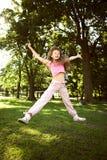 Retrato de la niña que juega en el parque fotografía de archivo