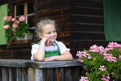 Retrato de la niña que lleva un dir bávaro tradicional del vestido Imágenes de archivo libres de regalías